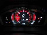 視認性が高いデザインが施された液晶メーターパネルは3モードのデザインが選べ、明るさ調整などで運転者自身の好きなカスタマイズが可能です。