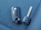 Hondaスマートキーをポケットやカバンに携帯していれば、ドアのロック・アンロックボタンを押すだけで、ドア及びテールゲートの施錠/解錠が可能。またノブ操作だけでエンジンの始動が行えます