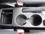 運転席、助手席間には小物入れとカップホルダーがあります。