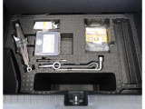スペアタイヤの変わりにパンク修理キット+空気を入れるコンプレッサーがトランクルーム下に収納されてます。