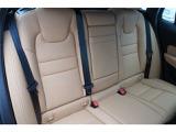 後部座席も快適に過ごしていただけるスペースを確保させて頂いております!座面の広さは特に注目頂きたいポイントです!