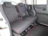 リアシートは、シートの座面を考慮し、ゆとりある着座姿勢を保てるようにシートバックの角度を2段階に調整できるリクライニングシートにしています。長距離にも十分適しています。