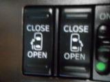 スライドドアは両側パワースライドドアです!両手がふさがっている時等にはとっても便利ですよね!!