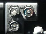マニュアルエアコンを搭載。ダイヤルを回すだけの簡単操作で風向や温度調節が可能です。快適なドライブをどうぞお楽しみください♪
