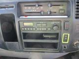 AM/FMラジオ付き!操作も簡単マニュアルエアコン付きでキャビン内も快適!