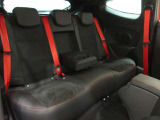 後席は大人でもしっかり座れるシートになっております。ISOFIXも対応しているので、チャイルドシートも付けられます。