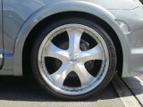 22インチアルミと国産タイヤの組み合わせ。タイヤは6~7部山です。