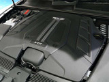V8 ツインターボエンジンは550 ps を出力します。