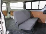 リヤシートを前倒しすれば、広い荷室に早変わり。レジャーや仕事にもフル活用できます。