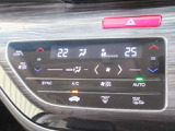 ハンドルの右側に一定のスピードで走れるクルーズコントロールスイッチ、左側にラジオのチャンネル、音量を変えるオーディオスイッチが付いております。ハンドルから手を離さずに操作できますので安全です。