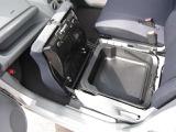 助手席シートの座面を開けると、ご覧のような収納スペースが現れます♪