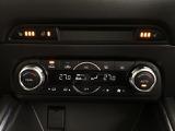 運転席/助手席独立コントロール機能付のフルオートエアコンですので個別の温度管理が可能です。上部左右のスイッチはシートヒーターとステアリングホイールヒータースイッチです。寒冷時にも快適に運転できます