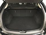 ゴルフバッグを4つ、72型スーツケースなら3つを積み込める505L(VDA方式、サブトランク含む)を確保。フロアトリムにまで不織布を張り、視覚的な統一感を造りました。