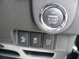 【キーフリーシステム&エンジンスタートシステム】専用キーを携帯していれば、リクエストスイッチにタッチするだけでロック・アンロックが出来ます。エンジンをかける時はエンジンスタートボタンを押すだけ!