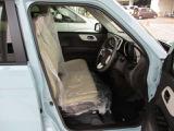 軽自動車では、大型のベンチシートを採用。フロント席は、体を包み込むような安心感の高い形状とし、アームレストを全タイプに装備しました。