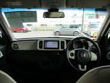 フロントウインドウは、フロントピラーを立たせることで、ワイドな視野角を実現。爽快な視界を提供するとともに、コーナーなどで対向車を見やすくしています。