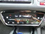 【デュアルエアコン】運転席・助手席で別々に快適さを得られるように、空調にもきめ細やかな配慮をしています。オートエアコン付きなので一度、気温を設定すれば自動的に過ごし易い温度に調整してくれますよ。