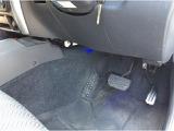 運転席足元にはフットレストも設置されています。