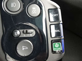 エンジン始動時の設定は、「NORMALモード」。クラスターパネル右側に配置したスイッチで「SPORTモード」「ECONモード」に切り替えられます。なお、モードの切り替えは走行中でも行えます。