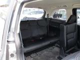 ゆとりの室内幅でゆったりサイズ。3分割リクライニング機構により中央席と左右席のリクライニング角度を変えることで肩が触れ合うことなく3名が座れます。また、シートバック中央部を倒せば長尺物を積載できます。
