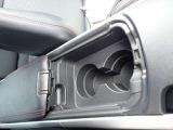 運転席、助手席間にはカップホルダーがあります。