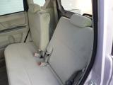 リヤシートもリクライニングして、ゆったり座れて長距離ドライブも快適です。