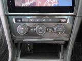 2ゾーンオートエアコンです。運転席と助手席を独立して温度設定が可能です。また、外気温と室内温を管理して快適な室内環境を演出いたします。