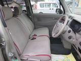 運転席はスイッチで前後に動く電動シートです!