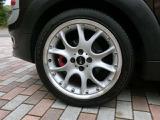 純正17インチアルミ装着。ホイルにガリ傷がございます。タイヤの残り溝は十分ございます。
