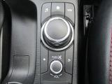 運手に欠かせない走行情報をドライバー正面に快適利便情報をダッシュボード上部のセンターディスプレイにそして手元を見ず直感的に操作できる位置にコマンドコントロールを配備した手元を見ずに直感的に操作できる位