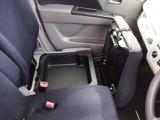 助手席のシートクッションを跳ね上げれば、便利な収納になります。