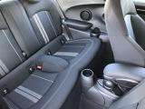 後部座席は5ドアになって大きく改善されました。乗員の安全の為、深く取られた入口足元のフレームが乗り降りの際に少し気になる事もありますが、乗ってしまえば身体を保護してくれる大切な装備です