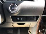 エンジンスタートボタンです。鍵が車内にあれば、エンジンの始動・停止はブレーキを踏んでスイッチを押すだけ!鍵を取り出す手間がなく、ワンプッシュでエンジンを操作するので簡単でスムーズです。