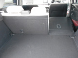 後席は分割で倒すことができ長い物を積載することができます!