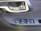 パワーウインドスイッチです。運転席側はワンタッチで全閉/全開ができる、今では当たり前の装備です(*^_^*)