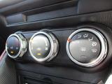 快適便利なオートエアコンです。左右それぞれで温度調整の可能なデュアルモード付き。オプションのCD・DVD・TV付きです。