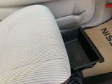 助手席シートアンダーボックス。運転用のシューズを入れたりすることも出来ます。