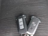 リクエストスイッチを指で押すだけで、ドアのロック/アンロックができるインテリジェントキー。