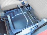 助手席シート下には、持ち運び可能な小物入れがございます!樹脂製なので、濡れ物もOKです!!