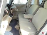 フロントシートはベンチタイプ!左右の行き来もしやすいので、助手席側からの乗り降りも、簡単に行えます!!