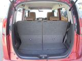 後席シートを前方へスライドさせれば、みかん箱くらいの箱モノなら、十分積載可能なラゲッジルームの出来上がり!!