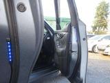 セーフティイルミネーションは、ドアの開閉に連動し点灯します。 乗降時に後方から来る車やバイクへの注意喚起に役立ちます。