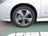 足元を引き締める純正アルミホイールと17インチタイヤ、軽量で電費節約にも貢献します。