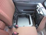 ◆助手席収納◆助手席の下になんと収納BOXがあります。靴などの大きな荷物も入ります。収納が車内にたくさんあると便利です。