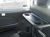 2列目シートには、セカンドシート用パーソナルテーブルが付いています!