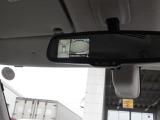 空の上から見下ろすような視点で駐車できる、アラウンドビューモニター。ルームミラーにモニター画像が自動で教示されます。