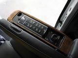 セカンドシートは「集中コントロールスイッチ」でシートポジションメモリー・リターン機能、リクライニング、オットマン、読書灯、ベンチレーションシート、快適温熱シートの調整が可能です。