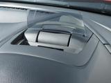 アクティブ・ドライビング・ディスプレイ。運転しながら最小の視線移動で情報確認できます。また、目の焦点を合わせる時間も少なくなるよう1.5m前方にあるように見え、瞬時に情報を得るのと負担軽減になります。