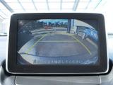 CX-3はバックカメラが標準装備となります。駐車が苦手な方も死角が減り安心してお乗りいただけます。また、オプションのナビ用SDカードも装着されております。
