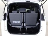 サードシートには、左右両サイドに簡単に跳ね上げて格納できるスペースアップ機能を採用しています。